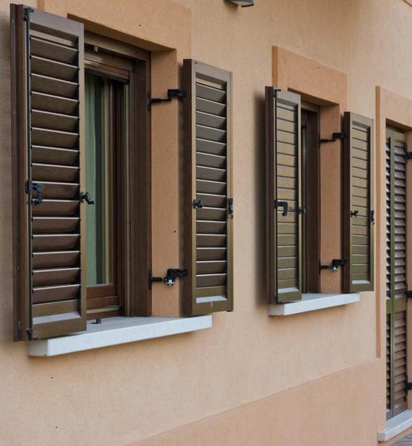 Persiane e portelloni in legno e alluminio scuretti e - Finestre monoblocco in legno ...
