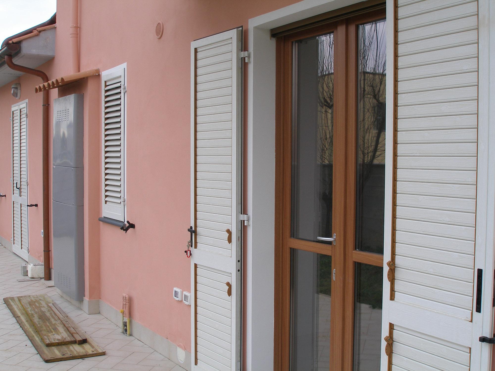 Persiane in pvc effetto legno finestre in alluminio color for Costo persiane in pvc