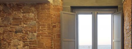 Porta finestra a due ante con scuretti interni lisci. Legno di abete tinto grigio piombo.