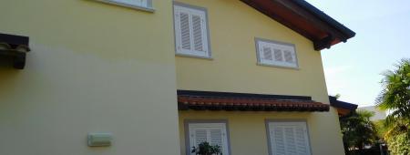 Prospetto di facciata con persiane in legno laccato