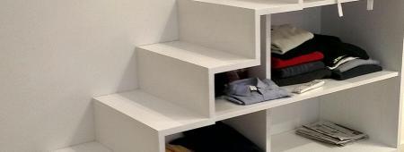 Scala per soppalco attrezzata con cassetti e ripiani
