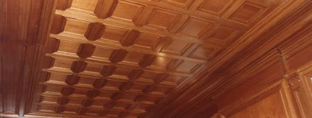 Particolare di boiserie a soffitto realizzata con pannelli bozzati
