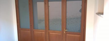 Realizzazione di Portafinestra a 4 ante apribili. Legno Rovere lamellare, ferramenta antieffrazione e vetro stratificato di sicurezza.