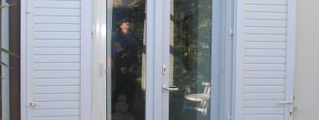 Porta finestra con maniglia passante e persiana in PVC bianco
