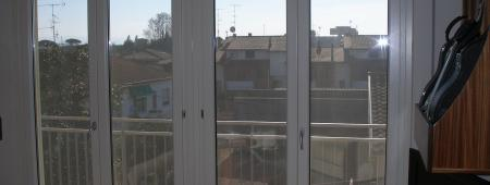 Composizione di 2 porte finestra in legno laccato e rivestimento esterno in alluminio