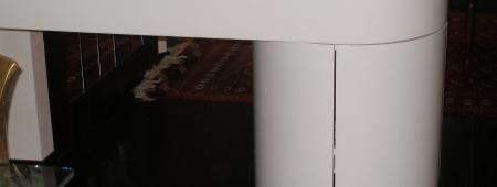 Penisola in finitura laccato lucido con inserti in acciaio