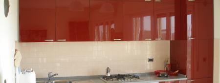 Cucina in finitura laccato rosso lucido con pensile tutta altezza